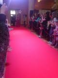 Конкурсанты проходят по красной ковровой дорожке...